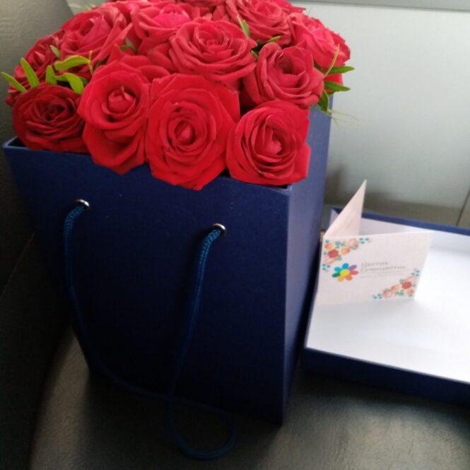 Коробка с розовыми розами