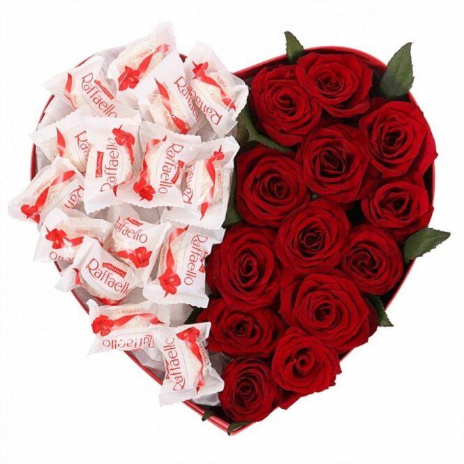 Коробка сердце с розами и конфетами Raffaello