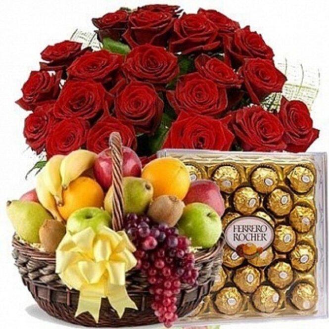 Корзина с фруктами,розами и конфетами Ферреро Роше
